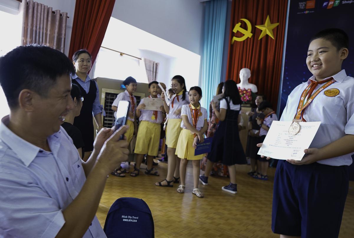 Niềm vui của phụ huynh kho con kết thúc năm học mới một tấm huy chương về tri thức.