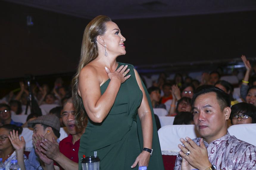 """Năm nay, dù đang bận rộn với chiếc ghế nóng của chương trình """"Giọng hát Việt"""" nhưng nữ ca sĩ vẫn dành thời gian để trở thành giám khảo nữ duy nhất của hội diễn Sao Chổi với chủ đề """"FPT By Night""""."""