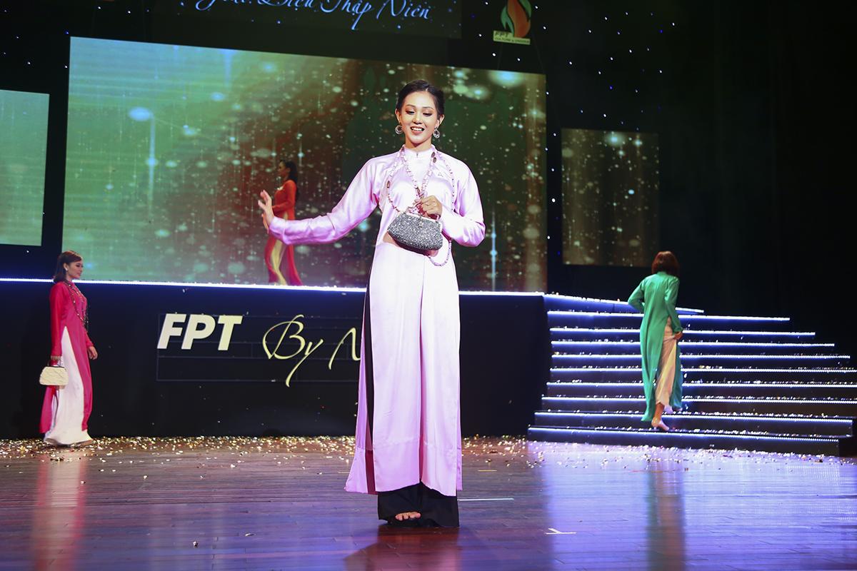 Ở phần đầu tiên, các thí sinh khoác lên mình tà áo dài mang phong cách xưa, được phối cùng túi xách và vòng cổ. Trong ảnh là thí sinh Lê Thị Bích Diễm đến từ FPT Telecom.