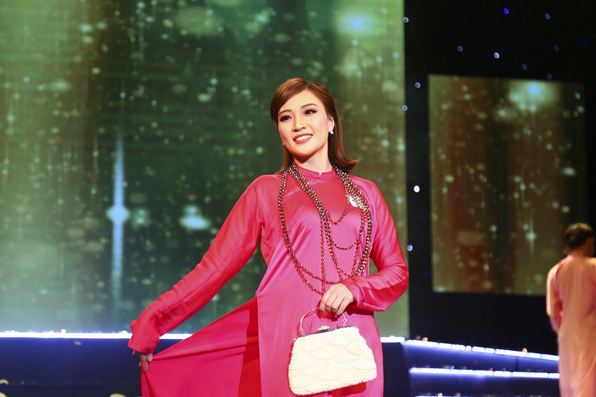 Thí sinh Kiều Hồng Xuân Nương của FPT Retail từ tin sải bước trong tà áo dài hồng.