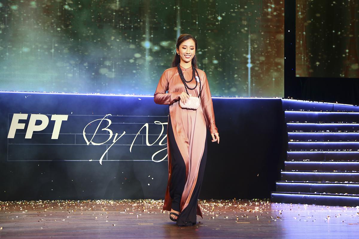 Dương Thị Hồng Sâm là cô gái đầu tiên của nhà Hệ thống xuất hiện trên sân khấu.