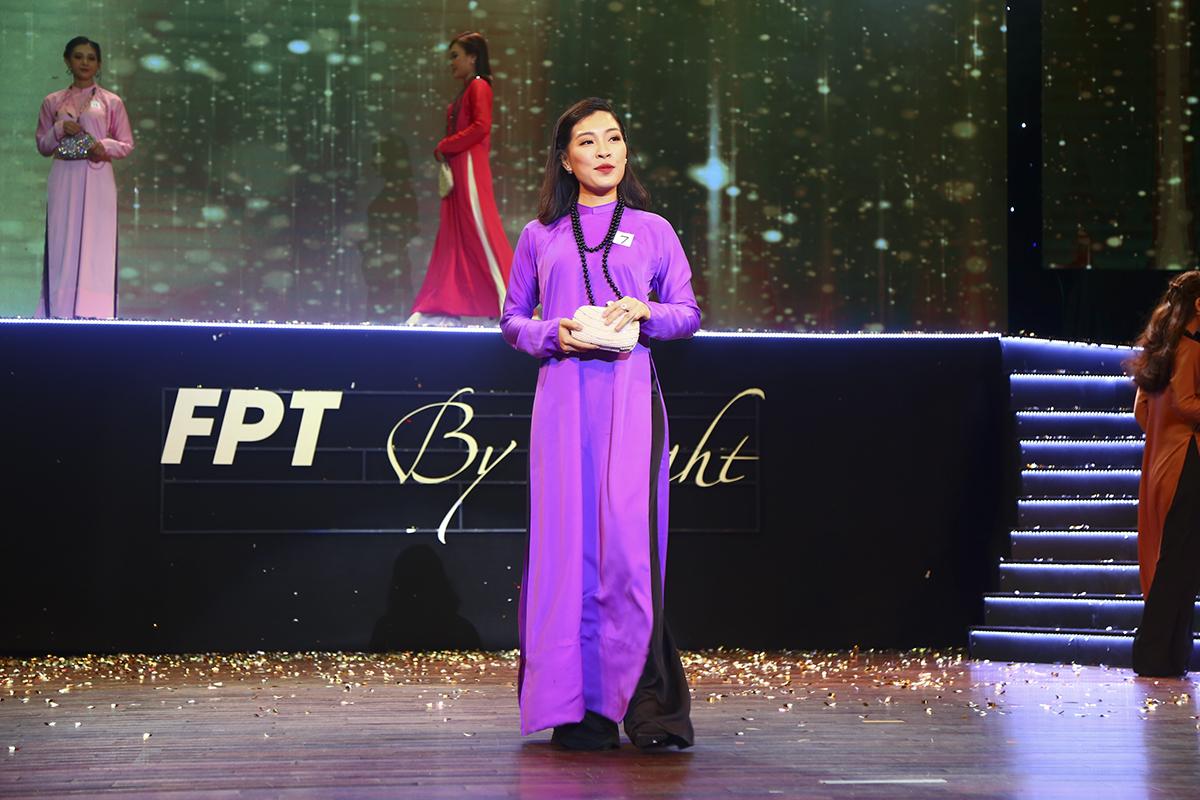 Thí sinh Nguyễn Thị Ngọc Thùy đến từ ĐH Greenwich (Việt Nam) thuộc FPT Education trong tà áo dài tìm cùng chiếc ví cầm tay xinh xắn.