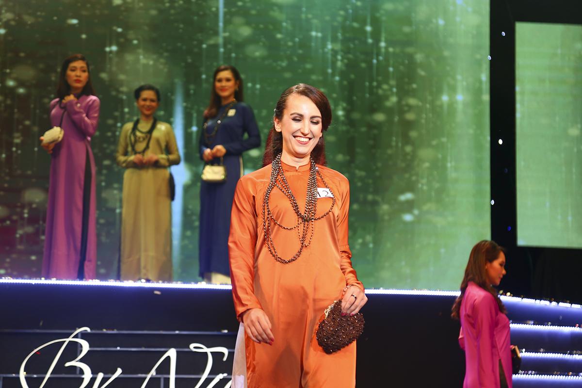 Lần đầu khoác lên mình trang phục áo dài, thí sinh Tomkova Katarina (Slovakia) của FPT Software tỏ ra khá bẽn lẽn.