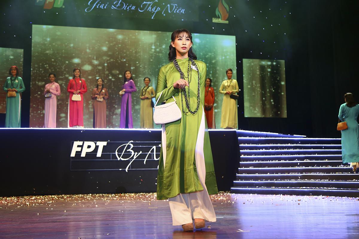 Là thí sinh cuối cùng bước ra sân khấu nhưng Huỳnh Lê Ánh Trinh của Sen Đỏ thể hiện phong cách rất tự tin.