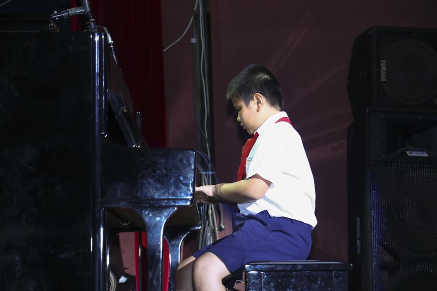 """Tiết mục được mở đầu bằng màn độc tấu piano """"Hạt gạo làng ta"""" của bé Hoàng Minh Đăng (con trai chị Lê Thị Minh Hòa - Kế toán trưởng). Nét dạo đầu này đã gây ấn tượng đặc biệt với khán giả lẫn ban giám khảo chương trình."""