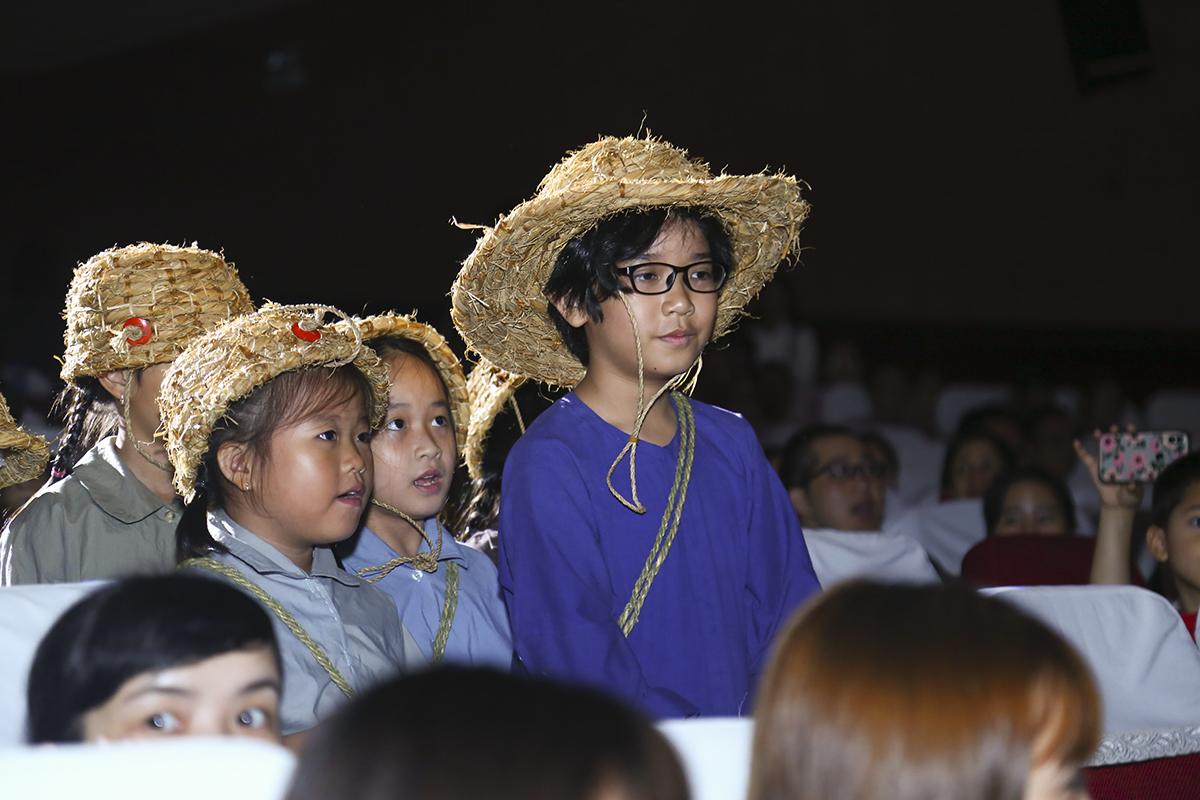 Hình ảnh các FPT Small với trang phục áo bà ba cùng chiếc nón rơm cắp sách đến trường trong những năm chiến tranh bom đạn ở miền Bắc được tái hiện lại ở sân khấu Sao Chổi.
