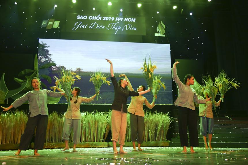 """""""Trong quá trình tập luyện, toàn đội nhận được sự hỗ trợ nhiệt tình của ban lãnh đạo công ty. Các bạn trong đội múa, đội ca đều tự giác tuân thủ lịch tập nên năm nay Synnex FPT gần như có cả tinh thần và lực lượng để quyết tâm giành ngôi vị cao nhất"""", chị Lê Thị Minh Thái chia sẻ."""