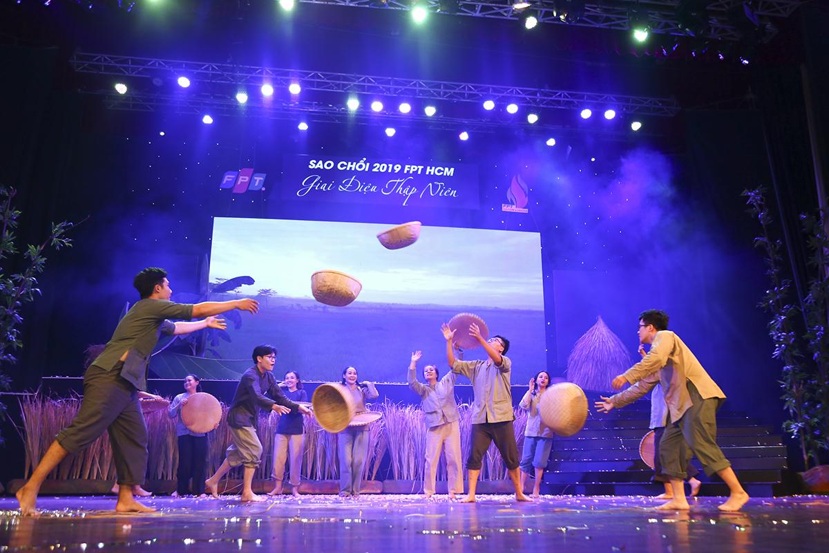 Tiết mục dự thi của nhà Phân phối không chỉ đàn hát mà các phần múa cũng rất thuần thục với nhiều động tác khó.
