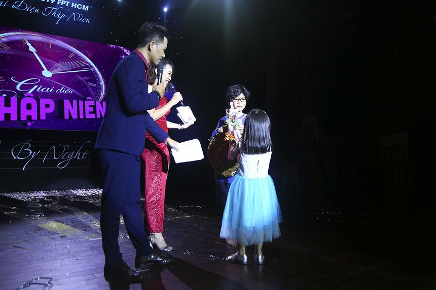 """Khán giả nhà có dịp giao lưu với hai anh em bé Phạm Ngô Minh Phúc (người hát bài """"Đưa cơm cho mẹ đi cày) sau khi tiết mục kết thúc."""