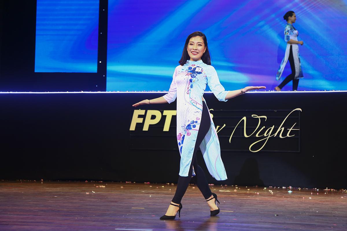 Ở phần trình diễn thứ hai, các thí sinh tung tăng trong những bộ áo dài cách tân hiện đại.