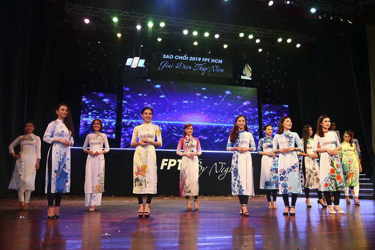"""Theo nhà thiết kế Việt Hùng: """"Áo dài không chỉ là văn hóa mặc, văn hóa giao tiếp mà còn là biểu tượng văn hóa đặc sắc và là tác phẩm nghệ thuật thời trang đương đại độc đáo, là niềm tự hào của dân tộc trong tiến trình hội nhập kinh tế quốc tế""""."""