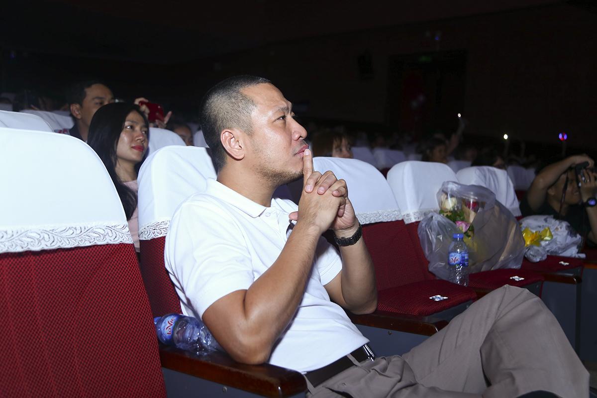 Anh Nguyễn Đức Quỳnh - Chủ tịch FPT Software HCM trầm tư thưởng thức phần trình diễn của ca sĩ Thanh Hà.