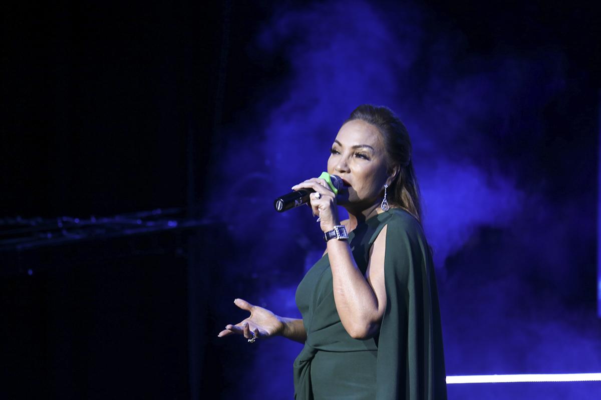 """Sau phần thi của các đội, ca sĩ Thanh Hà đã có phần giao lưu vơi khán giả nhà F và dành tặng hai bài hát. Mở màn là một trong những sản phẩm mới của chị - ca khúc """"Sợ yêu"""" của nhạc sĩ Hoàng Nhã."""