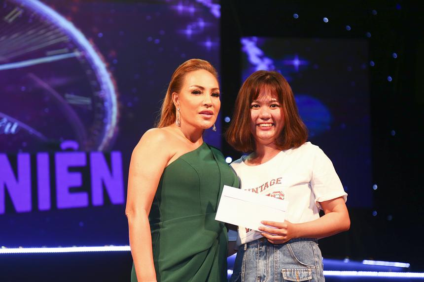 Một nữ khán giả của FPT Software đã giành phần thưởng từ BTC khi trả lời đúng câu hỏi về tên bài hát mà ca sĩ Thanh Hà vừa thể hiện.