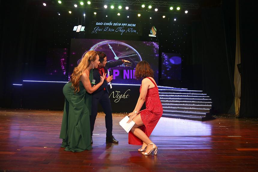 """Cặp đôi MC đáng yêu Trí Viễn - Bích Vy có màn giao lưu khiến nhiều khán giả phải """"ganh tỵ"""" trước khi nữ ca sĩ tiếp tục quay lại vị trí ghế nóng giám khảo của chương trình."""