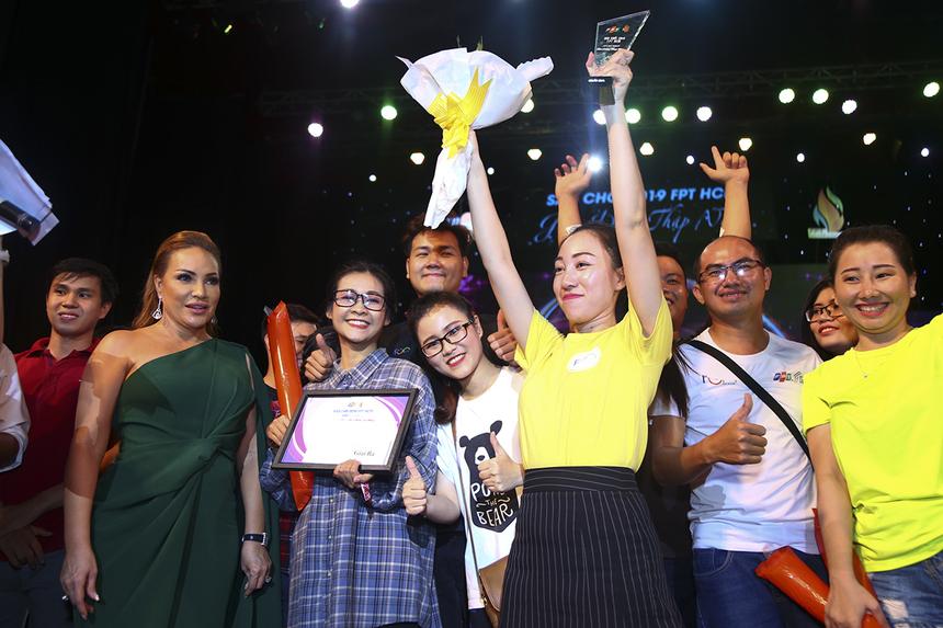Các thành viên đội thi FPT Telecom nhận kỷ niệm chương, giấy khen từ ca sĩ Thanh Hà khi đoạt giải Ba chung cuộc của hội thi Sao Chổi.