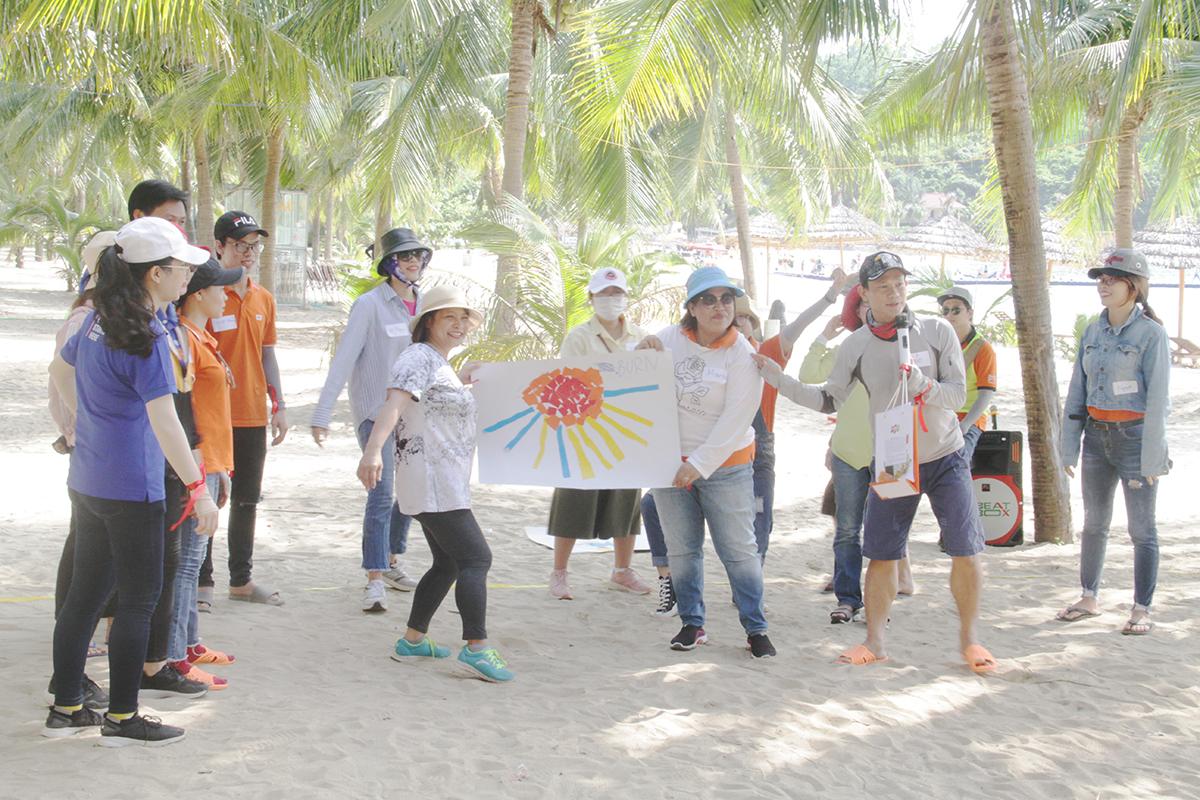 """Ngày 24/5, 70 cán bộ và giảng viên FPT Edu bước vào """"72h trải nghiệm"""" - chương trình dành riêng người Giáo dục tại miền Trung đã. Mở đầu là hoạt động giao lưu với Phó Hiệu trưởng ĐH FPT Trần Ngọc Tuấn. Chiều cùng ngày, đoàn di chuyển ra bãi biển Tiên Sa để trải nghiệm teambuilding. 70 học viên được chia thành 5 nhóm gồm: Kim, Mộc, Thủy, Hỏa và Thổ."""
