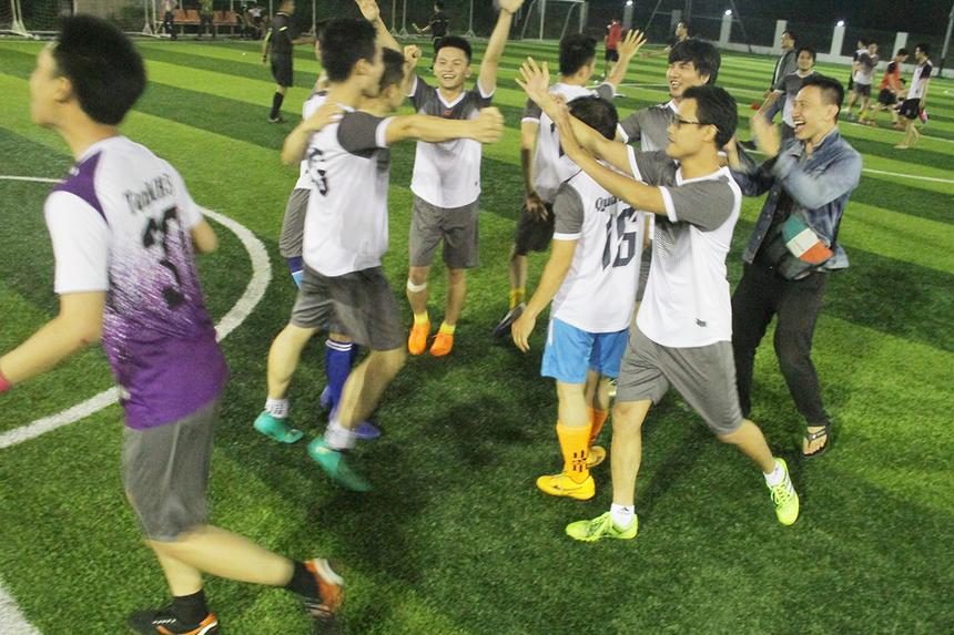 Niềm vui vỡ òa của các cầu thủ FIN2 sau khi loạt sút luân lưu kết thúc.Trận chung kết giữa SSG và FIN2 dự kiến diễn ra vào ngày 28/5, trên sân FPT Complex, TP Đà Nẵng. FSOFT Close là giải đấu chuyên nghiệp nhất FPT Software Đà Nẵng. Mùa giải 2019 có 16 đội tranh tài với tổng cộng 320 cầu thủ đăng ký tham gia. Các đội thi đấu trên sân 7 người, theo thể thức vòng tròn một lượt, tính điểm để chọn ra những đại diện ưu tú nhất vào trong. Bảng A có sự hiện diện của đương kim vô địch SSG, FGA.ECU, SS2 và FGA. DF; bảng B là cuộc chiến giữa R72, R71, DPS3 và FIN2; bảng C với sự cạnh tranh của FSG. US, DPS2, AS2 và R70; bảng D với BA, DPS1, GST. DN và AS1.