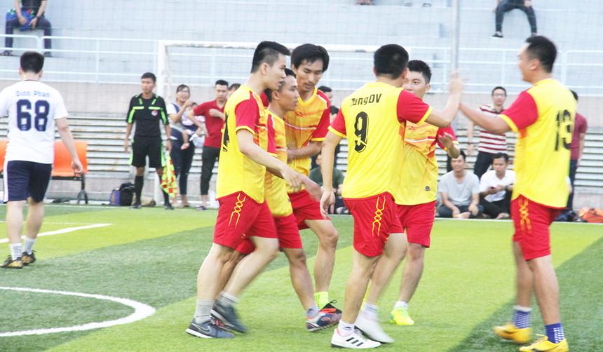 Niềm vui của các cầu thủ áo vàng khi họ sớm vượt lên dẫn trước. Thế trận trên sân giúp họ chơi bóng thoải mái và tự tin.