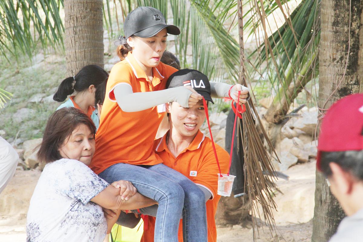 Từ điểm xuất phát, một thành viên được hai đồng đội khiêng đến chặng hai trước khi tiếp tục các thử thách khác. Tổng cộng có ba chặng gồm: Khiêng nước về làng, Vũ điệu xoay vòng và Cùng nhau leng keng.