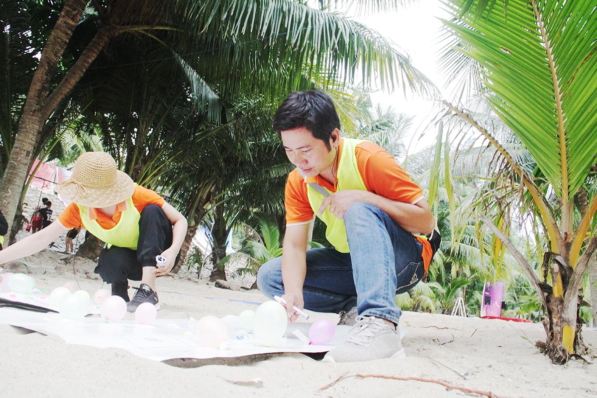 Anh Nguyễn Đình An, thành viên Ban tổ chức, tổng kết số điểm của 5 đội. Anh cho biết, các đội chơi đều đã thể hiện được quyết tâm và máu lửa. Thời tiết nắng nóng không ảnh hưởng quá nhiều đến tinh thần của học viên.