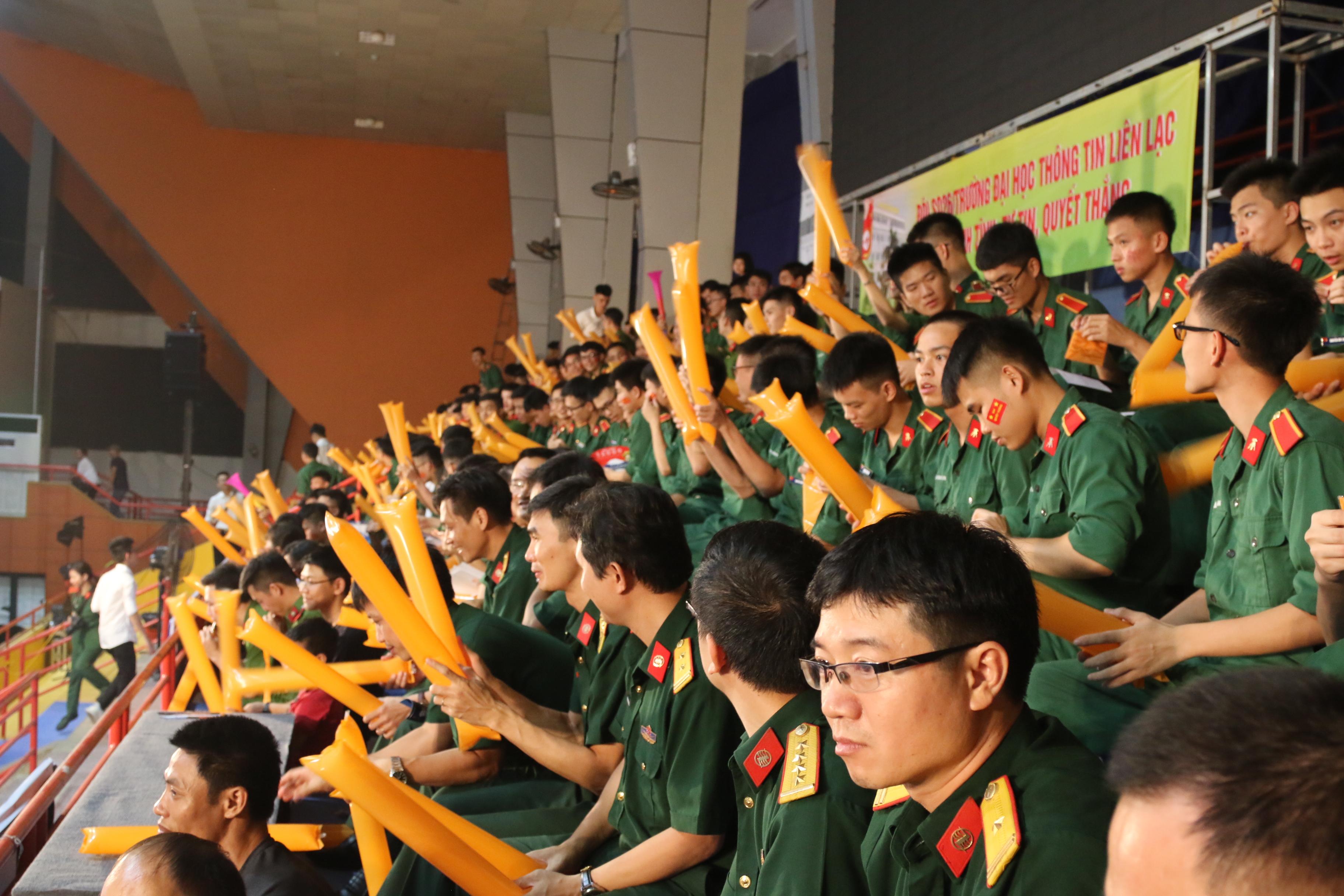 Hơn 1.000 khán giả là các thầy cô, phụ huynh và học sinh, sinh viên trên toàn quốc đã có mặt tại nhà thi đấu Tây Hồ để cổ vũ cho 10 đội thi trong vòng Chung kết Cuộc đua số mùa 3.