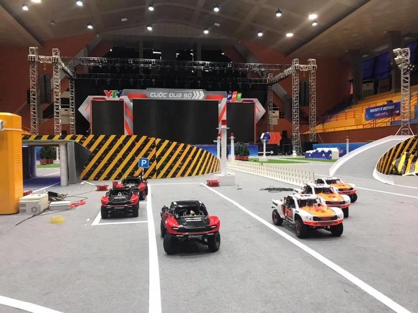 Trong vòng đầu tiên của đường đua, siêu xe của 10 đội đi qua các địa điểm du lịch nổi tiếng của Việt Nam: Phố cổ Hội An, Thủ đô Hà Nội, Khu hang động Sơn Đoòng.