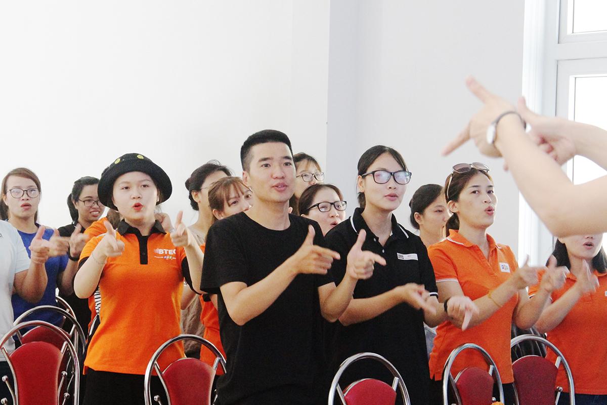 """Sau phần vận động không ngừng nghỉ ở thử thách """"Giải mật thư"""", các học viên đến với phần thi """"72h Contest"""" để thể hiện sự hiểu biết của mình về FPT. Khoảng 70 học viên được khởi động bằng những điệu nhảy vui nhộn."""