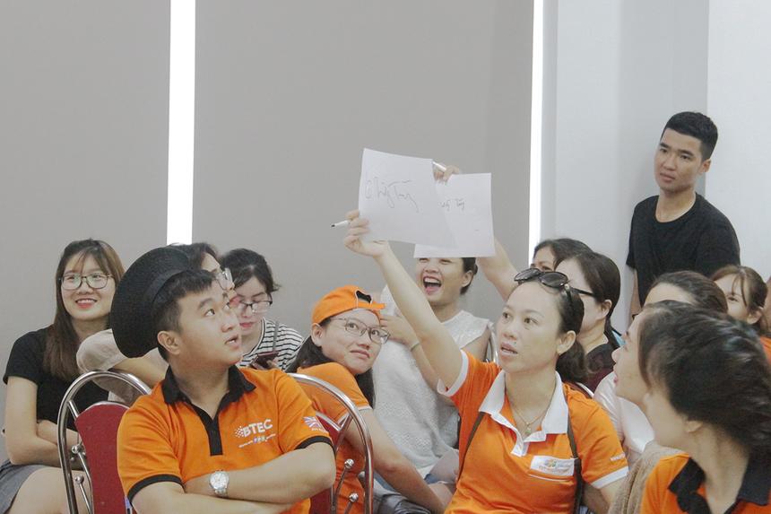 5 đội Kim, Mộc, Thủy, Hỏa và Thổ lần lượt chia thành từng nhóm để tham gia tranh tài. Kinh nghiệm nhiều năm làm việc, nhóm chị Đỗ Thị Thiên Ngân, FPT Polytechnic Đà Nẵng, liên tục đưa ra các đáp án chính xác.