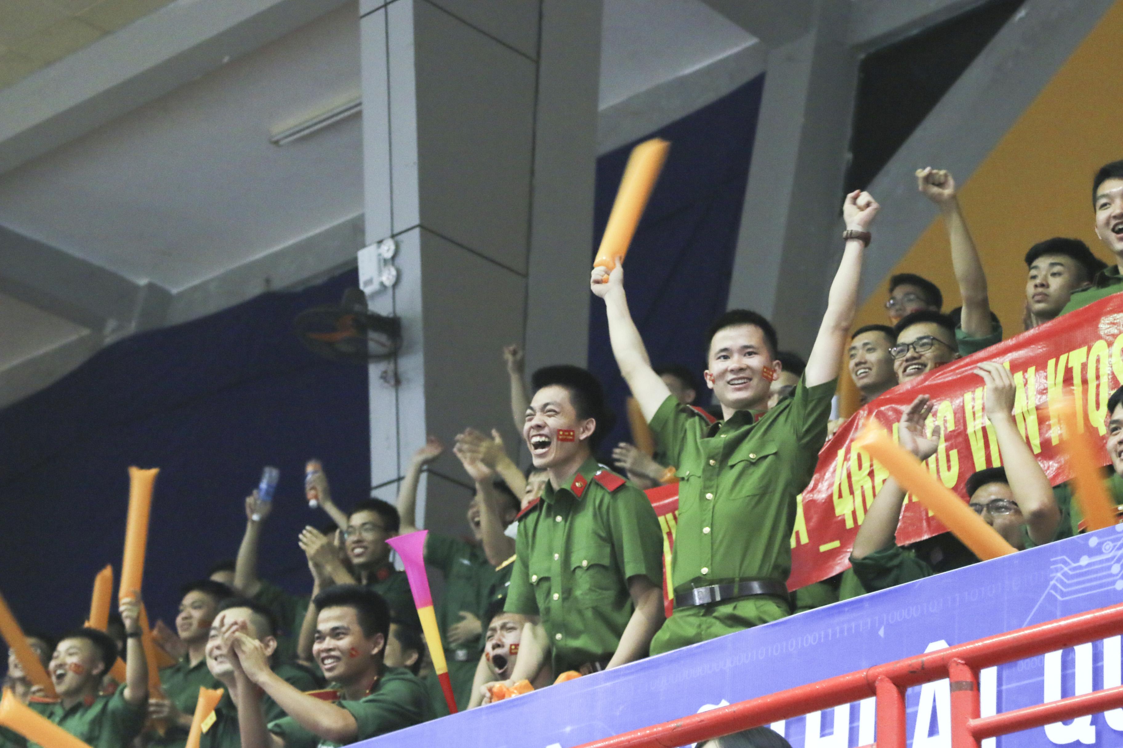 Niềm vui của các cổ động viên MTA_R4F (Học viện Kỹ thuật Quân sự) trên khán đài.Ảnh: Trâm Nguyễn