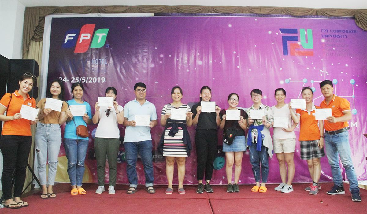 """Sau phần trò chơi vận động, Ban tổ chức trao chứng chỉ """"72h trải nghiệm"""" cho các học viên. Dịp này, gần 70 học viên FPT Edu tại miền Trung được nhận chứng chỉ."""