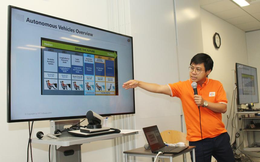 Sau phần chia sẻ của Hoa hậu FPT Japan, anh Đào Hữu Hùng, chuyên gia công nghệ FPT, trưởng nhóm khoa học dữ liệu của FPT Japan chuyên cung cấp giải pháp và nguồn nhân lực cao cấp, đã trình bày về xe tự lái của FPT - drive the future. Anh Hùng thông tin FPT bắt đầu dự án xe tự lái từ năm 2017.Các thành phần chính xe tự hành FPT phát triển: Camera, Lidar (phát hiện vật cản khoảng 200 mét xung quanh ô tô, Nvidia xavier (xử lý cho camera) - đây là dòng mới nhất... Đặc biệt,Lidar là sensor cảm nhận vật cản xung quanh, cho phép dựng được cả map 2D và 3D.