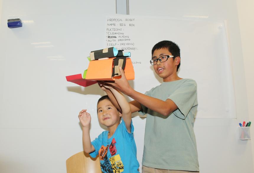 Bất ngờ hơn, tại sự kiện, hai em Nguyễn Thành Long (con anh Nguyễn Công Chỉnh - 12 tuổi) và Minh Nhật (con anh Hồ Văn Phong) đã tự tin thuyết trình ý tưởng robot thu rác. Theo đó, chú robot ban ngày chạy bằng năng lượng mặt trời và ban đêm chạy bằng không khí.