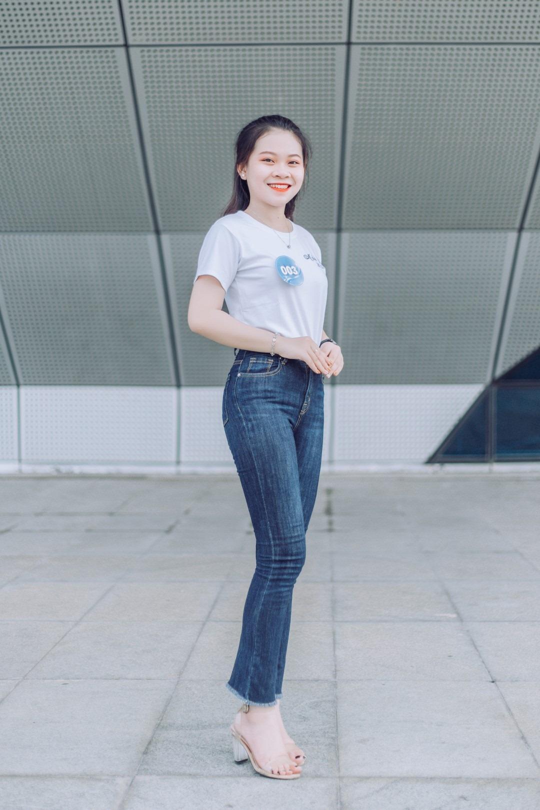 Sở hữu đôi chân dài, thí sinh Lê Ngọc Quỳnh Chi, SBD 003, tự tin sải bước và tạo dáng.