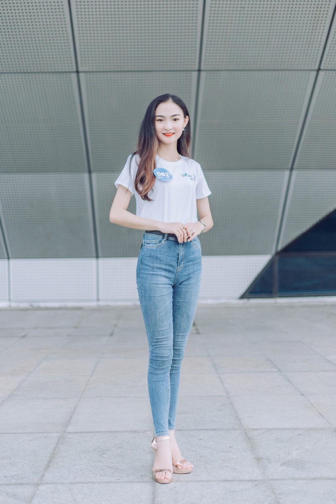 Thí sinh Nguyễn Thị Ngọc Hân, SBD 002, luôn thể hiện phong thái cuốn hút người xem. Cô nàng sở hữu chiều cao lý tưởng cùng nj cười rất duyên.