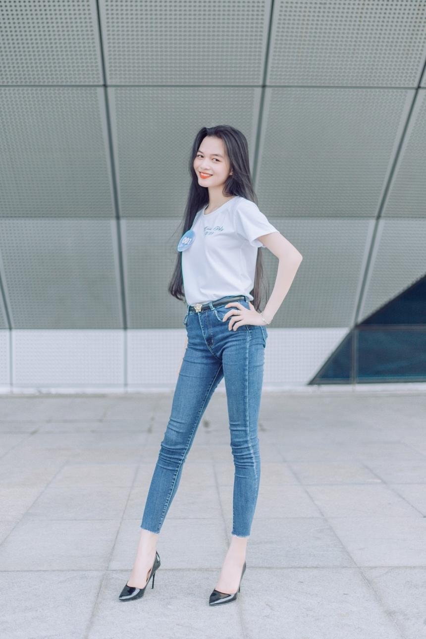 Không hề kém cạnh, thí sinh Tiết Thị Hoàng My, SBD 001, sở hữu đôi chân dài miên man...