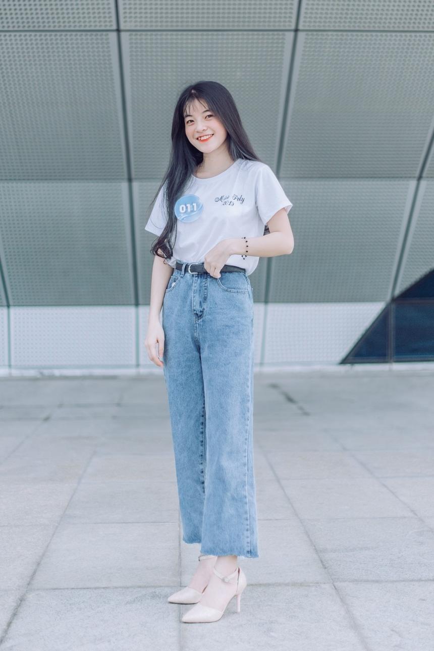 Cô nàng có SBD 011 - Nguyễn Thị Hồng lại thu hút mọi người bằng vẻ đẹp hồn nhiên và nhí nhảnh.