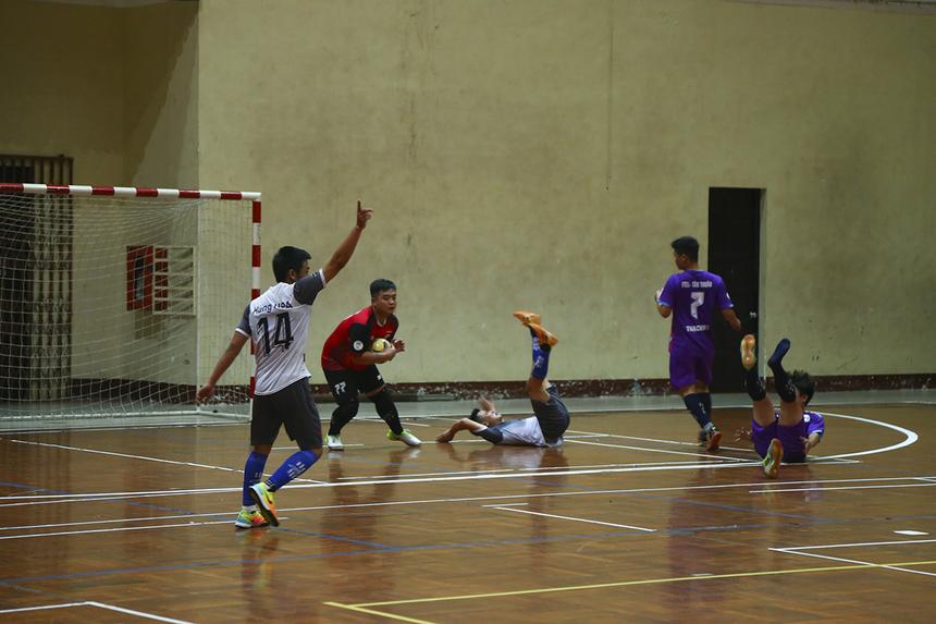 Trong khi đó, dù thi đấu rất quyết tâm nhưng khả năng dứt điểm kém hiệu quả khiến Cán bộ Quản lý Vùng 5 chỉ ghi được 1 bàn thắng do công của cầu thủ Hồ Phước Anh Hùng.