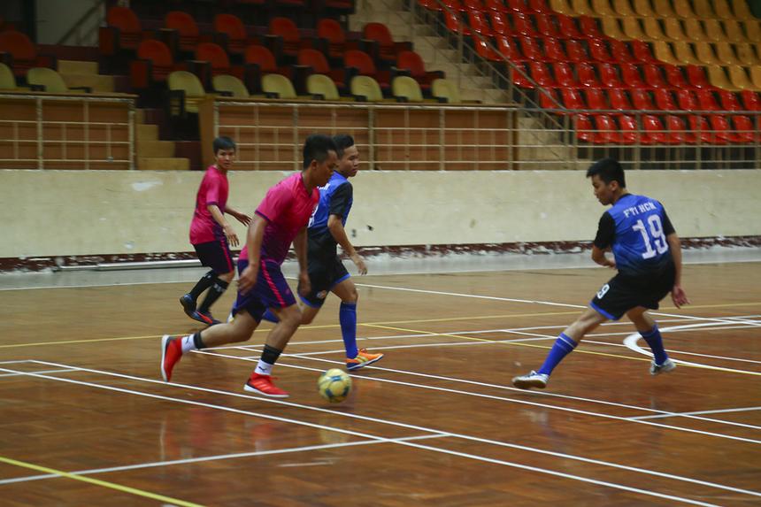 Những phút tiếp theo hai đội thi đấu ăn miếng trả miếng với nhịp độ tấn công nhanh khi đều sở hữu những cầu thủ có kỹ thuật và tốc độ tốt.