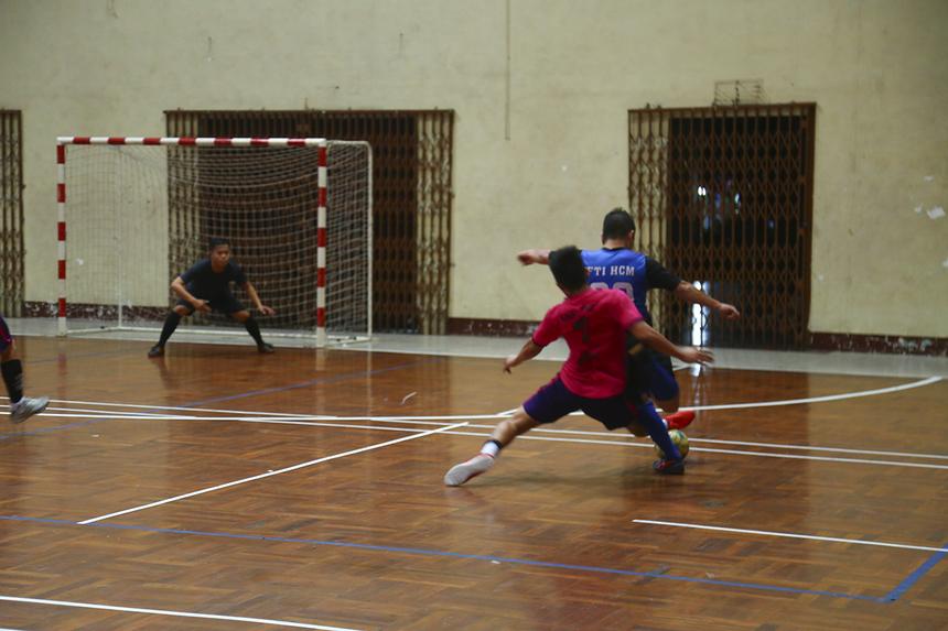 Trận đấu lúc này diễn ra rất căng thẳng với nhiều pha phạm lỗi trên mức cần thiết, khiến trọng tài phải rút hai thẻ vàng dành cho hai cầu thủ Khắc Huy và Phú Thịnh bên phía PayTV.