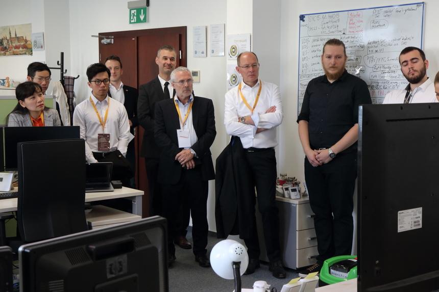 Sự kiện mừng sinh nhật 5 tuổi của FPT Slovakia diễn ra ngày 28/5 với sự tham gia của các thành viên Hiệp hộiCNTTThung lũng Kosice - cũng là thành phố nơi nhà F đặt trụ sở.Ngay từ 8h sáng giờ địa phương (khoảng 13h giờ Việt Nam), các khách hàng đã có mặt tại văn phòng FPT tại Slovakia để tham quan và trải nghiệm những công nghệ đang được FPT Slovakia nghiên cứu, phát triển.