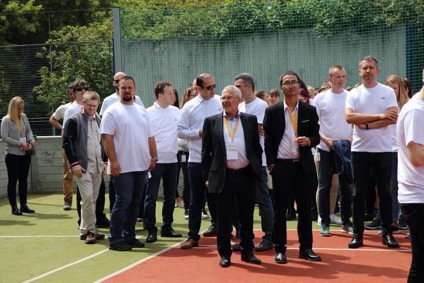 Các khách hàng cùng hơn 300 nhân viên của nhà Phần mềm tại Slovakia tham quan quanh khu vực văn phòng, sân thể thao, khuôn viên nhiều cây xanh của công ty.