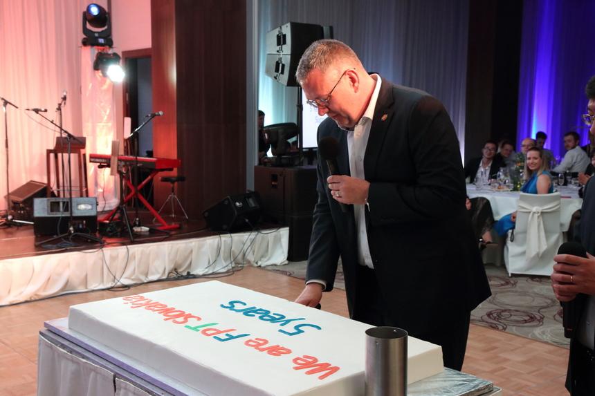 """Anh Olaf Baumann, Đồng GĐ Điều hành FPT Slovakia, cắt bánh sinh nhật đánh dấu mốc 5 năm hình thành và phát triển của FPT Software tại Kosice. Trong năm năm, FPT Slovakia đã phát triển từ một nhà cung cấp dịch vụ nội bộ thành một công ty CNTT định hướng chuyên nghiệp. FSK đã giành được khách hàng từ 8 quốc gia trên thế giới. Tổng doanh thu của công ty năm 2018 là 12 triệu Euro (khoảng 312 tỷ đồng). """"Ban đầu, đó là một thử thách lớn. Sau nhiều năm cung cấp dịch vụ cho RWE ở Đức với tư cách là khách hàng duy nhất, chúng tôi trở thành thành viên của FPT Software và phát triển nhanh chóng. Tầm nhìn của chúng tôi trong ba năm tới là tăng gấp đôi đội ngũ"""", anh Olaf Baumann cho biết và nhấn mạnh rằng điều này không chỉ có nghĩa là tuyển dụng người mới, mà còn mang lại nhiều khách hàng mới cho FPT Slovakia."""