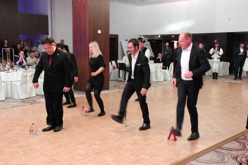 Chủ tịch Hoàng Nam Tiến hào hứng chơi trò chơi cùng các CBNV FPT Slovakia trong bữa tiệc tối.