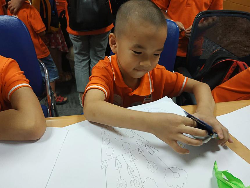 Bé Nguyễn Phúc Lộc, 7 tuổi, là một cậu bé tình cảm. Ở bài thu hoạch cuối buổi sáng, bé vẽ chậu hoa để tặng cho mẹ là người nhà F.