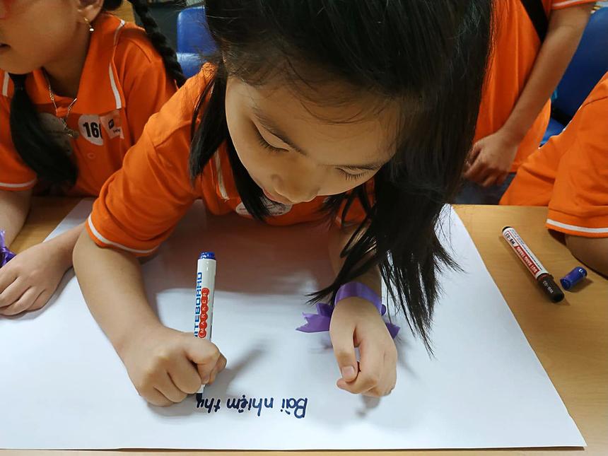 """Hà Nội sáng nay trời mưa to nhưng béNguyễn Vũ Minh Thư,8 tuổi,dậy từ 6h sáng để đến công ty bố. Nắn nót viết bài thu hoạch đầu tiên cho chương trình, bé tâm sự """"Con ước mơ sau này trở thành nhà báo""""."""