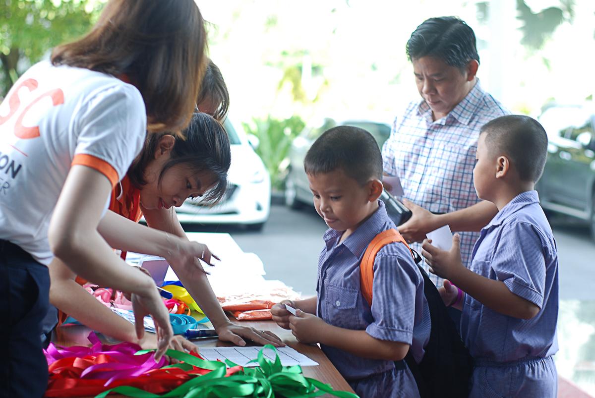 """Sáng nay (31/5), chương trình """"Ngày đi làm cùng bố mẹ"""" của nhà 'Cáo' được tổ chức ở tòa nhà FPT Tân Thuận - TP HCM và PVI - Hà Nội. Từ 7h30-8h30, phụ huynh cho các bé tập trung nhận áo, bảng tên, dây đeo theo đội..."""