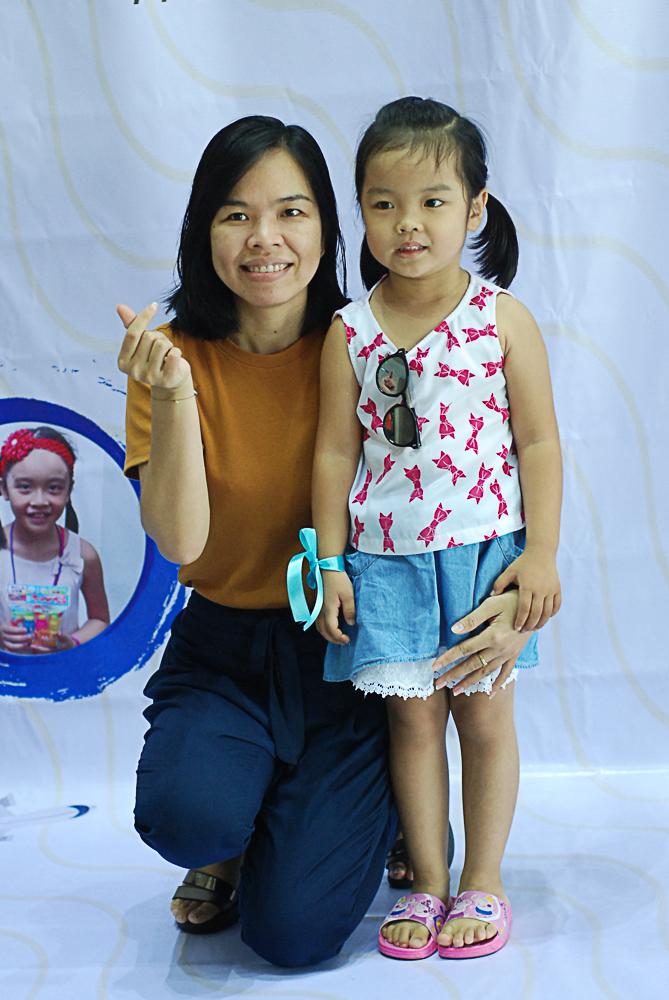 """ChịVõ Thị Hồng Phương không (ISC) đưa cô con gáiMỹ Tú đến với chương trình. Dù chưa đủ tuổi tham gia, bé vẫn thích mặc áo cam và chơi với các anh chị vì """"con lớn rồi, con không sợ""""."""