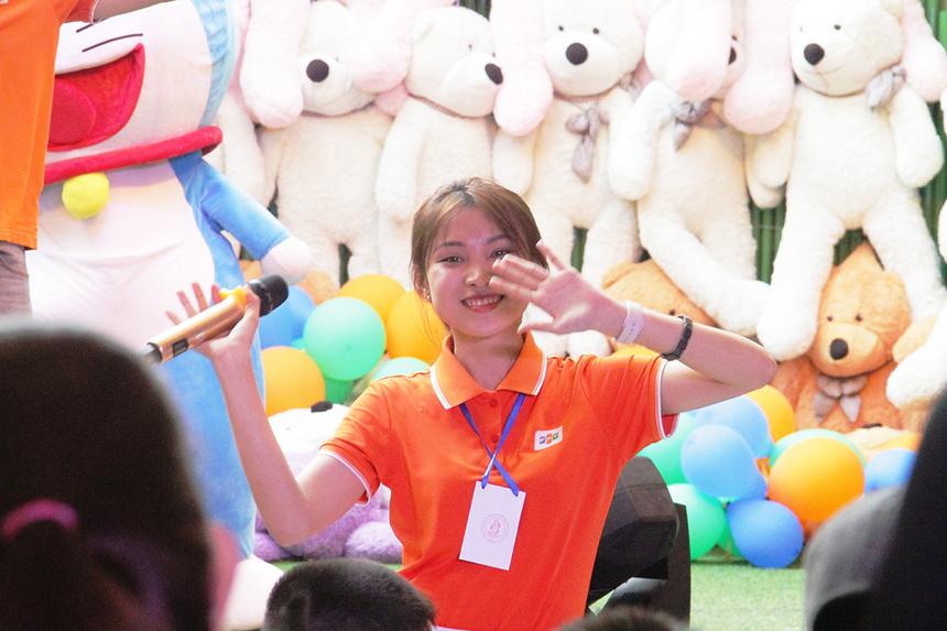 Bên trong khu vui chơi, thành viên Đoàn văn công nhà F mở đầu bằng những điều nhảy sôi động và mini game vui nhộn. Chị Hồ Thị Ngọc Hiếu, Ban Văn hóa - Đoàn thể FPT tại Đà Nẵng, hỗ trợ chương trình văn nghệ trên sân khấu.