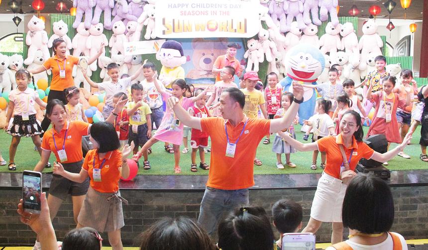 Những điệu nhảy chicken dance hay Pikachu được thể hiện một cách sôi động. Các bé cũng không ngần ngại tiến lên sâu để tham gia nhảy cùng.